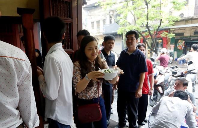 Bi hài xếp hàng chờ miếng ngon ở Hà Nội 20140411152837-p3