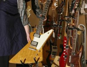 Marca de instrumentos musicais Gibson é multada por usar madeiras protegidas Funcionaria-guarda-uma-guitarra-gibson-rara-dos-anos-1950-em-leilao-de-2003-1344279704516_300x230