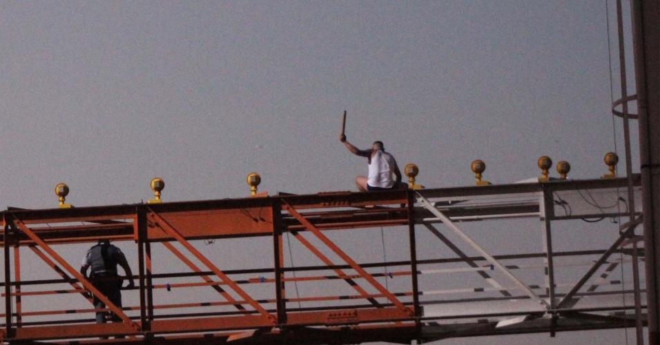 Problemas em Congonhas. 10ago2012---homem-se-pendura-em-torre-de-sinalizacao-do-aeroporto-de-congonhas-em-sao-paulo-sp-e-forca-a-suspensao-dos-pousos-do-aeroporto-a-avenida-washington-luis-chegou-a-ser-totalmente-1344637861250_956x500