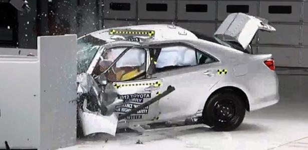 Crash test do IIHS dos EUA - O MAIS RIGOROSO DO MUNDO Toyota-camry-crash-test-iihs-1356041805111_615x300