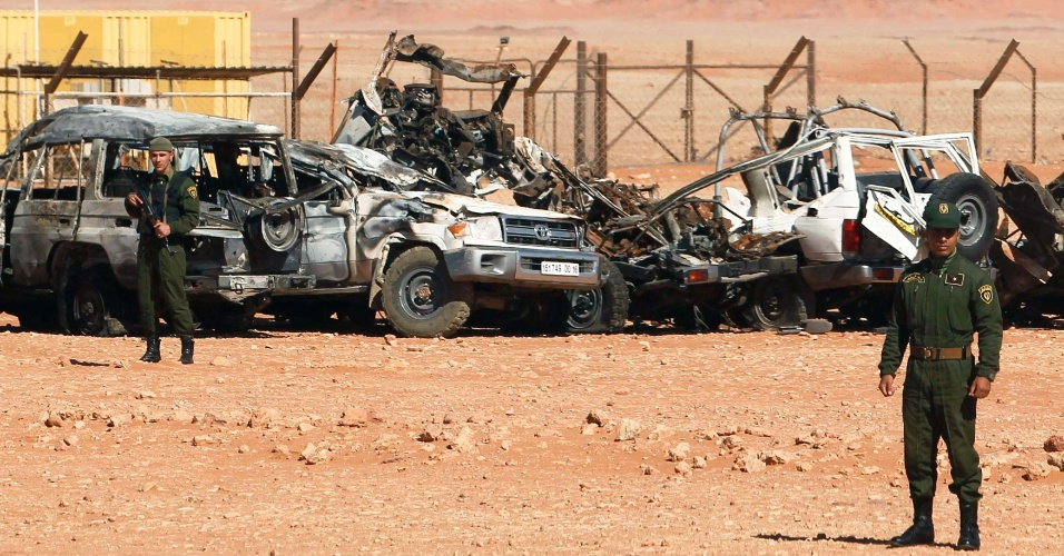 Argelia - Página 2 31jan2013---soldados-argelinos-fazem-guarda-ao-lado-de-carros-danificados-que-eram-usados-por-militantes-extremistas-perto-do-campo-de-gas-de-in-amenas-no-sudeste-da-argelia-o-campo-foi-sequestrado-1359657548103_956x500