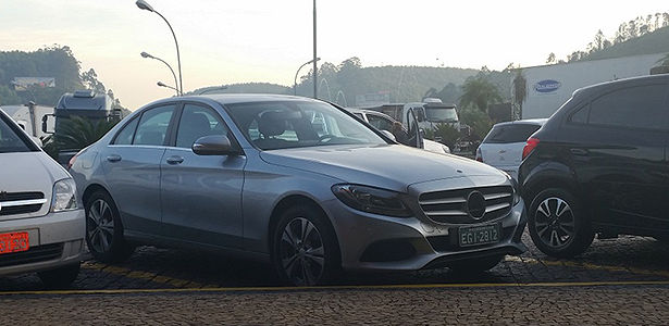 (W205): Mercedes tira estrela do Classe C 2015 que chega depois da Copa Mercedes-benz-classe-c-2015-flagra-1400700026067_615x300