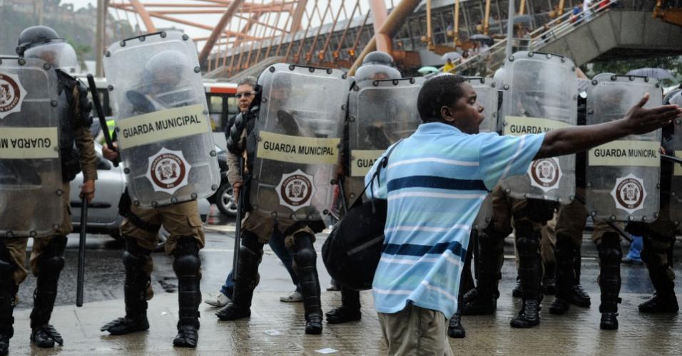 Favela da Oi: Mulher de salto alto saca arma para conter grupo. 14abr2014---centenas-de-manifestantes-retirados-do-predio-da-oi-no-engenho-novo-na-zona-norte-do-rio-de-janeiro-na-sexta--feira-11-e-acampados-desde-entao-diante-da-prefeitura-do-rio-entraram-em-1397500027756_956x500