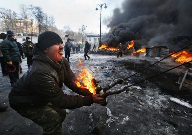 Протести, контрапротести - Page 5 Maidan-catapult-640x452