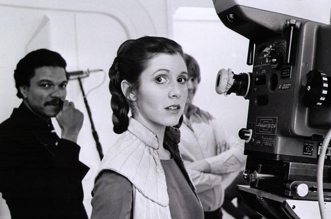 Décès de Carrie Fisher et de Debbie Reynolds- Hommage à deux étoiles du cinéma - Page 3 Princess-Leia-behind-the-scenes-starwars15