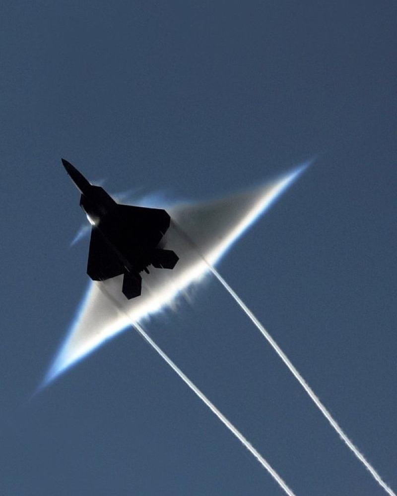 Triangle dans le ciel : un B2 - Page 2 02-F22-mach-01