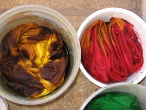 Крашение ткани Dyeing-fabric-in-tubs-300x225