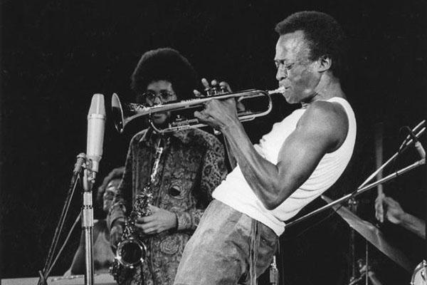 Miles Davis y sus zapatos de chupamelapunta - Página 3 Garybartz2_miles