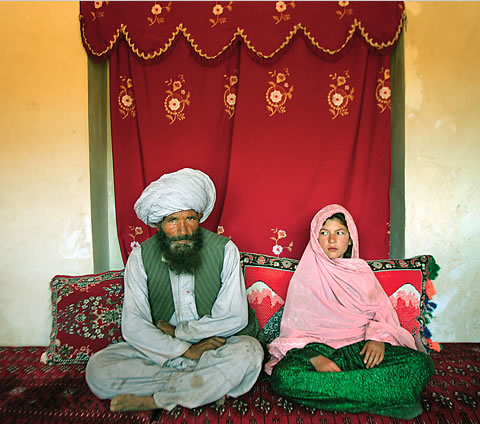 Le voile intégral - Page 4 Afghanistan-child-bride