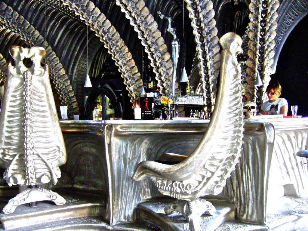 The United States of the Solar System: A.D. 2133 (Book Two) - Page 4 Hr-giger-bar-le-restaurant-alien-2
