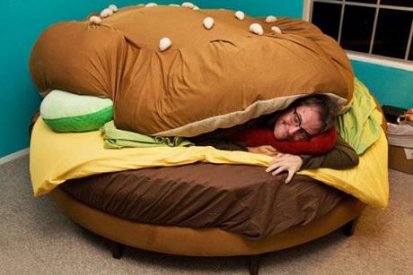 101 idee regalo per chi vi sta sul culo - Pagina 4 Burger_bed
