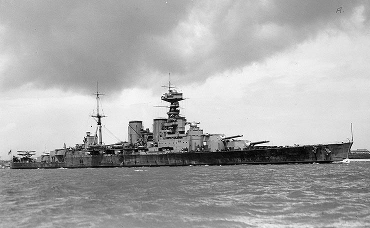 Les grands cuirassés de la WWII - Page 2 British_battlecruiser_hms_hood_circa_1932