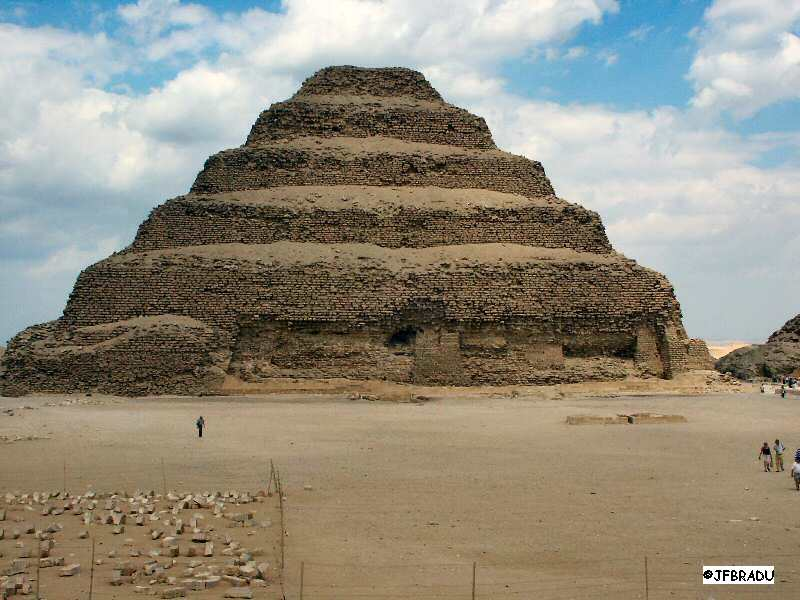 Pyramide de Khéops..de nouvelles découvertes - Page 2 Pyramide-saqqara-large