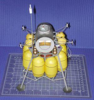 maquette papier de l'ensemble du module lunaire d'apollo 11 Sm_cevlander06654_900