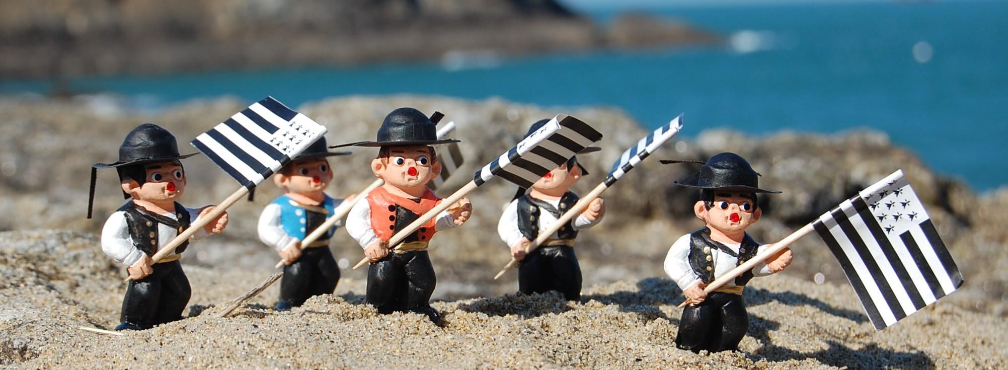 petites figurines bretonnes Groupe-porte-drapeau