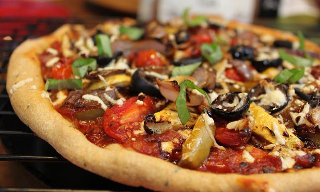 طريقة تحضير بيتزا بالخضار المشوية 9(27)