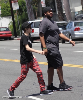 Justin fait du shopping Normal_6_mai_AA_-_JBFR_%281%29