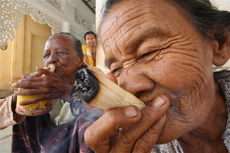 Aos fumantes. Fumando