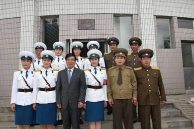 Pyongyang Traffic Ladies meet the new Chinese Ambassador  - 2010 W020100730533411694737