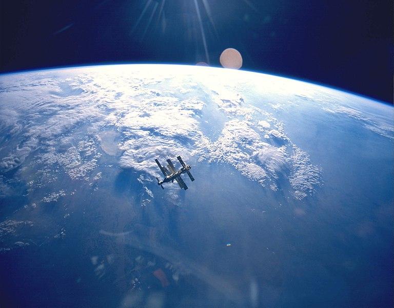 Ljudi žele reality show u kojem ravnozemljaši traže rub Zemlje Zemlja-i-satelit-Wikimedia-Commons