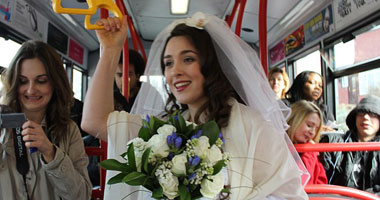 عروس تستقل الباص العمومى لتصل لفرحها 1-jpg_061136