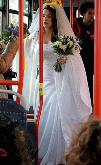 عروس تستقل الباص العمومى لتصل لفرحها 3-jpg_061136