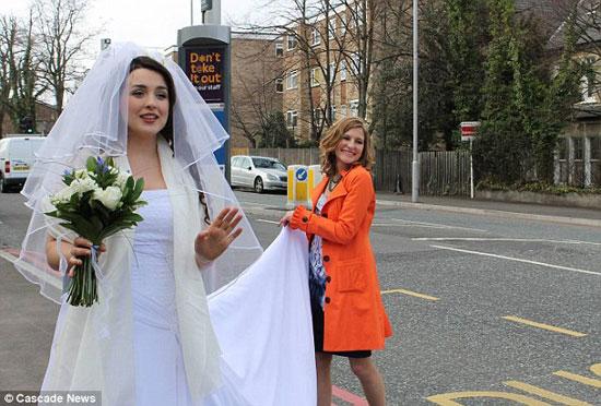 عروس تستقل الباص العمومى لتصل لفرحها 4-jpg_061136