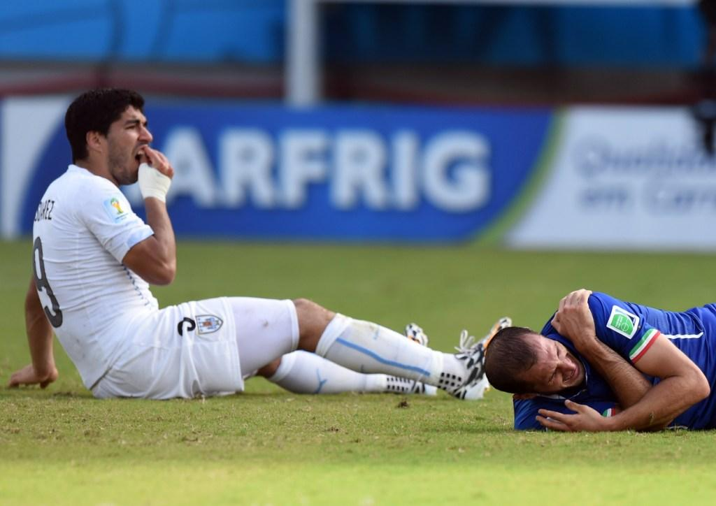 """The Group of Death"" Chiellini-mordida_Suarez-Italia_y_Uruguay_MILIMA20140624_0366_8"