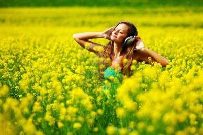 Bon Mardi 10435891-joven-con-auriculares-escuchar-musica-en-el-campo-de-flores-de-semillas-oleaginosas