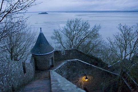 """""""Voici donc treize siècles que le Mont-Saint-Michel existe ! Treize siècles d'histoire. Treize siècles de vie religieuse, politique et militaire 1239592406"""