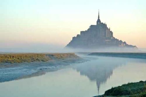 """""""Voici donc treize siècles que le Mont-Saint-Michel existe ! Treize siècles d'histoire. Treize siècles de vie religieuse, politique et militaire 2134432027"""