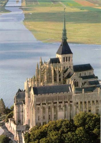 """""""Voici donc treize siècles que le Mont-Saint-Michel existe ! Treize siècles d'histoire. Treize siècles de vie religieuse, politique et militaire 937424559"""