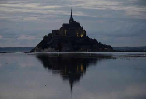 """""""Voici donc treize siècles que le Mont-Saint-Michel existe ! Treize siècles d'histoire. Treize siècles de vie religieuse, politique et militaire 231799039"""