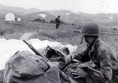 Diên Biên Phu tomba le 7 mai 1954.  Avec ses 55 jours de résistance désespérée, Diên Biên Phu fait partie des défaites héroïques de la France. Jusqu'à la fin, il se trouva des volontaires pour se faire parachuter sur le camp.  1839359875