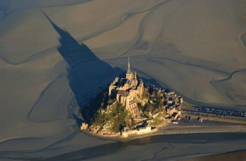 """""""Voici donc treize siècles que le Mont-Saint-Michel existe ! Treize siècles d'histoire. Treize siècles de vie religieuse, politique et militaire 71539675"""