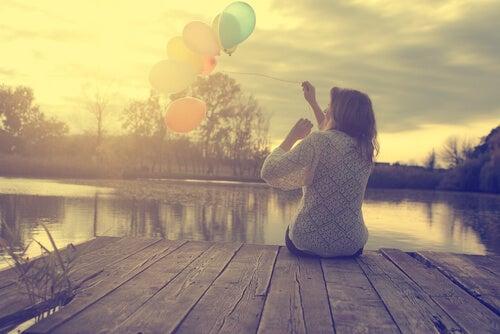 Las preocupaciones no evitan el mañana Mujer-soltar-globos