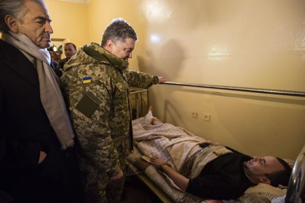 Vers la guerre en Ukraine ? - Page 12 Porochenko-Kramatorsk_Bernard-Henri-Levy_Ukraine-620x413