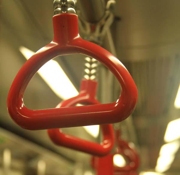 LE MAL est-il une raison de ne pas croire en Dieu ? - Page 3 Poignees-metro-hong-kong