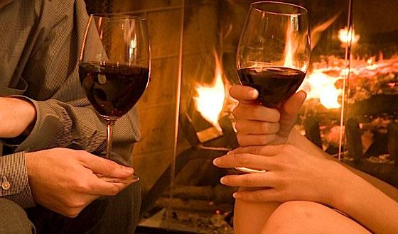 Hajde da nazdravimo!!! Couple-fireplace-wine