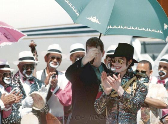 Raridades: Somente fotos RARAS de Michael Jackson. - Página 4 971002_capetown-arrival02