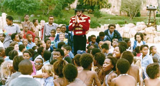Raridades: Somente fotos RARAS de Michael Jackson. - Página 4 971009_johannesburg-kids00