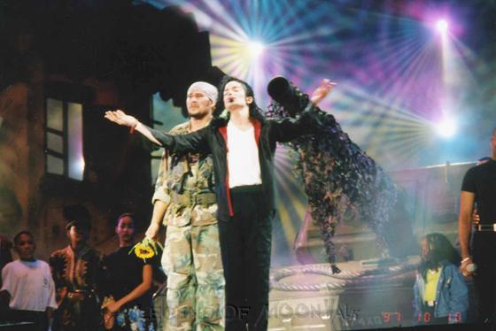 Raridades: Somente fotos RARAS de Michael Jackson. - Página 4 971010_johannesburg02