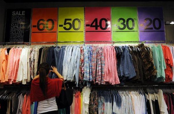 ECHANGES SOLDES HIVER 2014 ! (MAJ quotidienne du 1er post) - Page 5 786586_une-cliente-cherche-des-habits-dans-un-magasin-de-marseille-le-26-juin-2013-a-l-ouverture-des-soldes-d-ete