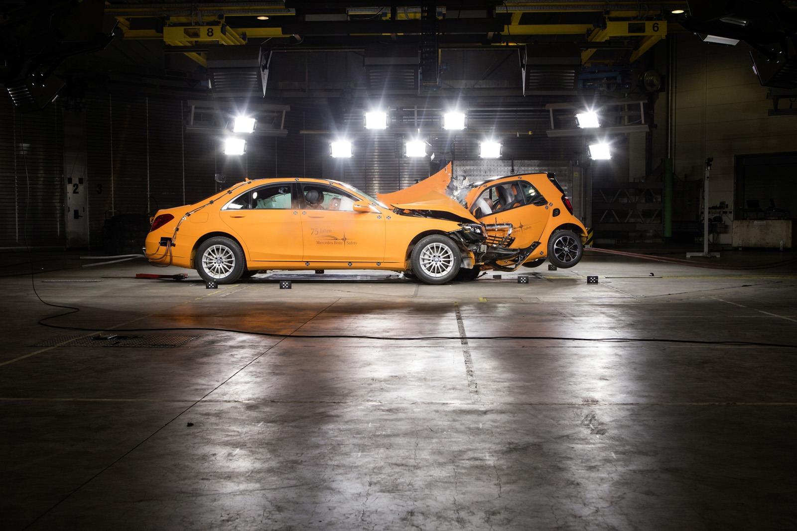 2014 - [Smart] ForTwo III [C453] - Page 19 Smart-ForTwo-Mercedes-S-Class-crash-test-6%25255B3%25255D