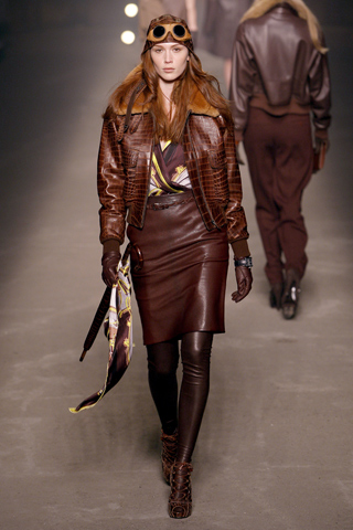 Moda actual masculina de inspiración victoriana Blusa-estampada-campera-aviadora-cuero-falda-cuero-Hermes-27