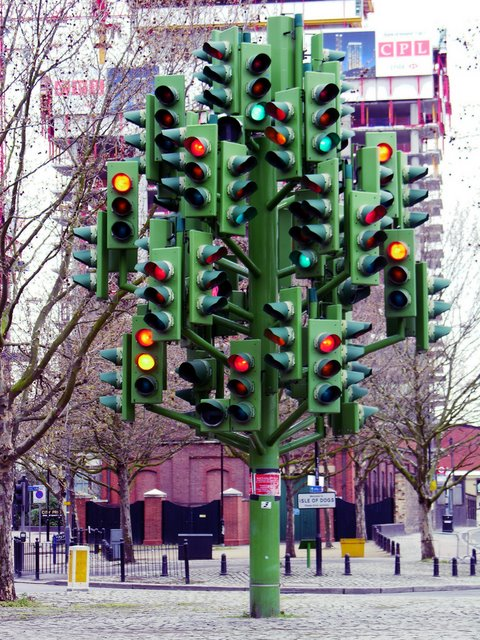 Foto te cuditshme  - Faqe 4 20-strange-sculptures-pI-traffic-light-tree