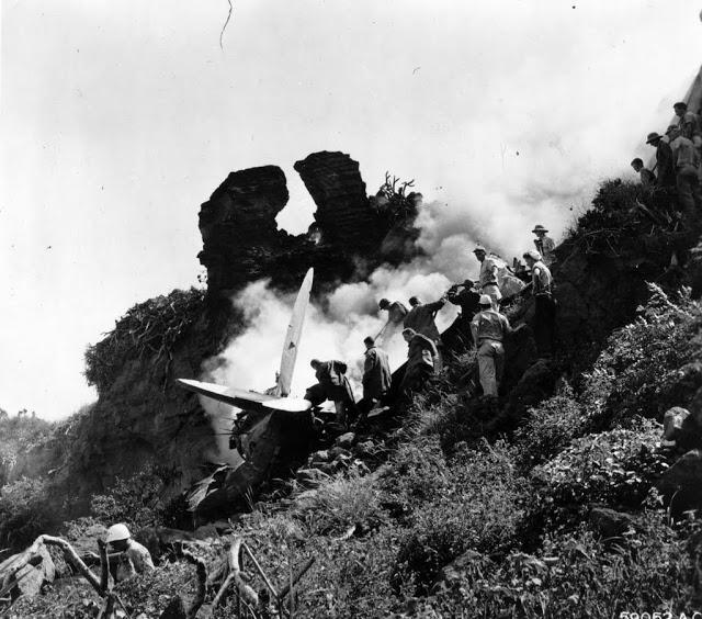 la bataille d'Iwo jima 342-FH-3A42708_414th_fg_iwo_p47_crash