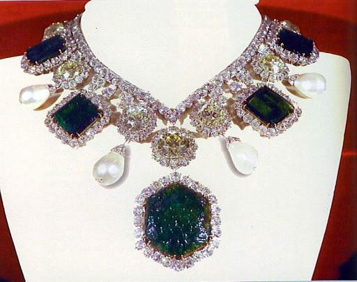 Joyas de la Casa Imperial de Irán - Página 2 EmeraldsShahbanouofIran