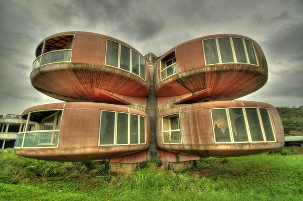 50 بناية غريبة من المعالم تاريخي 21-theufohouse-thumb