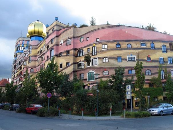 50 بناية غريبة من المعالم تاريخي 02-forestspiralhundertwasserbuilding-thumb